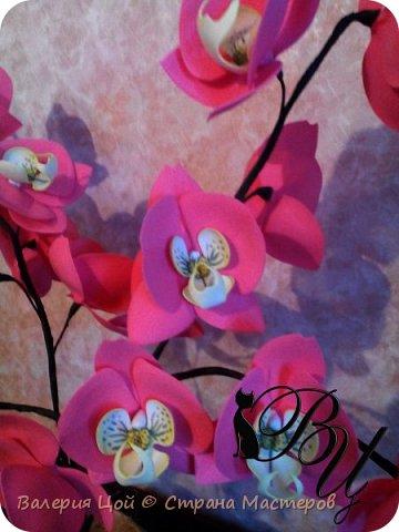Когда-то я пробовала делать орхидеи... Но они были намного меньше и скромнее. И вот, решилась сделать побольше... самая густая веточка задумывалась выше... но стебель не выдерживал веса, и все пытался прилечь... фото 2
