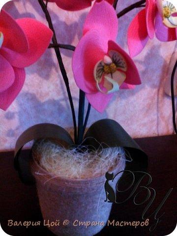 Когда-то я пробовала делать орхидеи... Но они были намного меньше и скромнее. И вот, решилась сделать побольше... самая густая веточка задумывалась выше... но стебель не выдерживал веса, и все пытался прилечь... фото 4