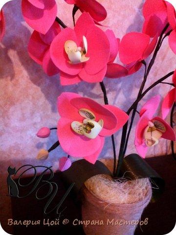 Когда-то я пробовала делать орхидеи... Но они были намного меньше и скромнее. И вот, решилась сделать побольше... самая густая веточка задумывалась выше... но стебель не выдерживал веса, и все пытался прилечь... фото 3