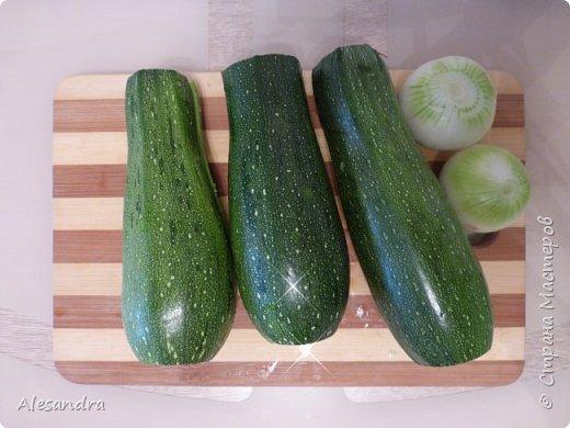 Очень простой рецепт для таких же любителей кабачков, цуккини. как я!!!))) Состав: 1. Кабачки(в данном рецепте цуккини) - 6 шт 2. Фарш 3. лук - 1шт (большая) 4. томат (помидоры) 5. соль, перец, зелень, приправы, по вкусу  Приготовление: Режем наши цуккини пополам, либо на бочонки, если цуккини очень толстые. Вынимаем серединку. Перемалываем всю серединку с цуккини в фарш (обязательно отжать), смешиваем с мясным фарше, добавляем приправы, соль, перец, томат по вкусу и начиняем наши половинки. Запекаем в разогретой духовке 40 минут, за 10 минут посыпать тертым сыром. (Примерно через минут 15 запекания, я сливаю воду)  Я очень люблю кабачки, цуккини. поэтому фар состоит практически из...кабачков))) Мясной фарш. как приправа. для вкуса)))) фото 2