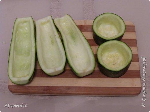 Очень простой рецепт для таких же любителей кабачков, цуккини. как я!!!))) Состав: 1. Кабачки(в данном рецепте цуккини) - 6 шт 2. Фарш 3. лук - 1шт (большая) 4. томат (помидоры) 5. соль, перец, зелень, приправы, по вкусу  Приготовление: Режем наши цуккини пополам, либо на бочонки, если цуккини очень толстые. Вынимаем серединку. Перемалываем всю серединку с цуккини в фарш (обязательно отжать), смешиваем с мясным фарше, добавляем приправы, соль, перец, томат по вкусу и начиняем наши половинки. Запекаем в разогретой духовке 40 минут, за 10 минут посыпать тертым сыром. (Примерно через минут 15 запекания, я сливаю воду)  Я очень люблю кабачки, цуккини. поэтому фар состоит практически из...кабачков))) Мясной фарш. как приправа. для вкуса)))) фото 4