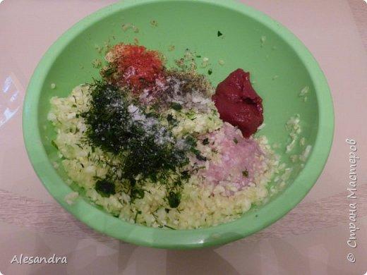 Очень простой рецепт для таких же любителей кабачков, цуккини. как я!!!))) Состав: 1. Кабачки(в данном рецепте цуккини) - 6 шт 2. Фарш 3. лук - 1шт (большая) 4. томат (помидоры) 5. соль, перец, зелень, приправы, по вкусу  Приготовление: Режем наши цуккини пополам, либо на бочонки, если цуккини очень толстые. Вынимаем серединку. Перемалываем всю серединку с цуккини в фарш (обязательно отжать), смешиваем с мясным фарше, добавляем приправы, соль, перец, томат по вкусу и начиняем наши половинки. Запекаем в разогретой духовке 40 минут, за 10 минут посыпать тертым сыром. (Примерно через минут 15 запекания, я сливаю воду)  Я очень люблю кабачки, цуккини. поэтому фар состоит практически из...кабачков))) Мясной фарш. как приправа. для вкуса)))) фото 7