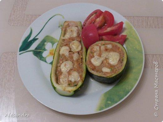 Очень простой рецепт для таких же любителей кабачков, цуккини. как я!!!))) Состав: 1. Кабачки(в данном рецепте цуккини) - 6 шт 2. Фарш 3. лук - 1шт (большая) 4. томат (помидоры) 5. соль, перец, зелень, приправы, по вкусу  Приготовление: Режем наши цуккини пополам, либо на бочонки, если цуккини очень толстые. Вынимаем серединку. Перемалываем всю серединку с цуккини в фарш (обязательно отжать), смешиваем с мясным фарше, добавляем приправы, соль, перец, томат по вкусу и начиняем наши половинки. Запекаем в разогретой духовке 40 минут, за 10 минут посыпать тертым сыром. (Примерно через минут 15 запекания, я сливаю воду)  Я очень люблю кабачки, цуккини. поэтому фар состоит практически из...кабачков))) Мясной фарш. как приправа. для вкуса)))) фото 9