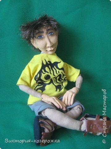 Каждый раз, когда я загораюсь новой куклой, я всячески пытаюсь утихомирить себя.Будет ли кукла такой, как мне видится, будет ли она красивая… Но порыв не удержим и я уже не могу дождаться встречи с новенькой куклой.  Так и произошло с новеньким кукленышем. Живя на самом берегу моря, я частенько задумывалась о возможных жителях дна морского. Почему-то я уверена, что это невысокие людишки, очень красивые и жгучие брюнеты. С огромными, почти серебряными глазами, как у рыб. И жабры, обязательно жабры, ведь им надо дышать под водой. фото 1