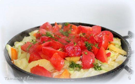 А не приготовить ли нам сегодня овощное рагу? ;) Конечно приготовить! :) Сочное, ароматное, лёгкое и очень вкусное, с помидорами, молодым картофелем, капусткой, кабачками, луком и морковью, а ещё приправленное солью,чесночком и душистой зеленью!!! Мммммм, уже тушится на сковородке! ;)