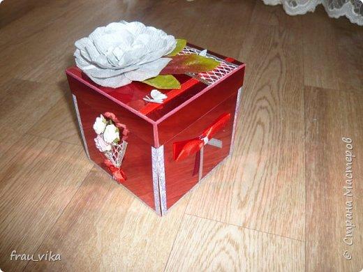 Коробка выполнена в красно - серебряной цветовой гамме. Сверху обклеена красным фольгированным картоном. На каждой стороне символично обозначены пожелания имениннице. На этом фото: букет - будь любима, бантик - будь красива. Крышка. Самодельный цветок из гофробумаги серебристой. Листья от декоративных тканевых цветов. Серебристая сетка, на которой сидит бабочка. Такая же бабочка сидит на красной тонкой ленте. Бабочки тканевые. фото 1