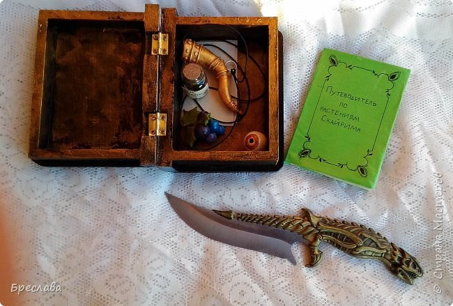 Представляю вашему вниманию набор Довакина, навеянный игрой по миру TAS Скайрим 1. Основа для шкатулки была куплена в магазине для творчества, книжку я ещё примерно год назад сообразила, нож из моей коллекции (мы с мужем собираем ножи) фото 2