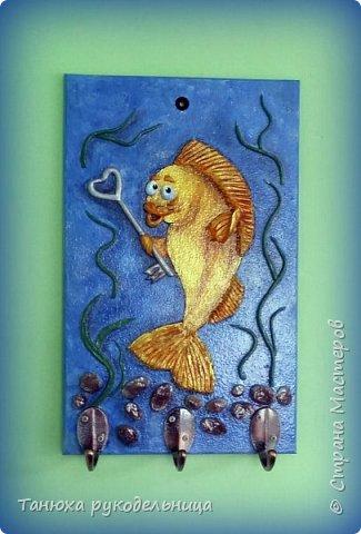 """Здравствуйте жители и гости Страны. Это моя новая работа ключница """"Золотая рыбка"""". Ключницу делала на заказ по знаку зодиака """"Рыбы"""". Порылась в нашем любимом интернете, всяких рыб насмотрелась и пришла вот такая идея. Раз это ключница, то я подумала, что у золотой рыбки должен быть ключик. фото 1"""