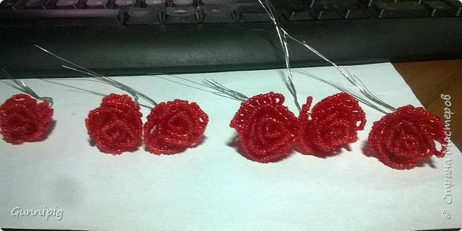 Вот такая красная плетистая розочка у меня получилась. Решила также выложить пошаговый процесс ее создания, мало ли, кому пригодится) фото 16