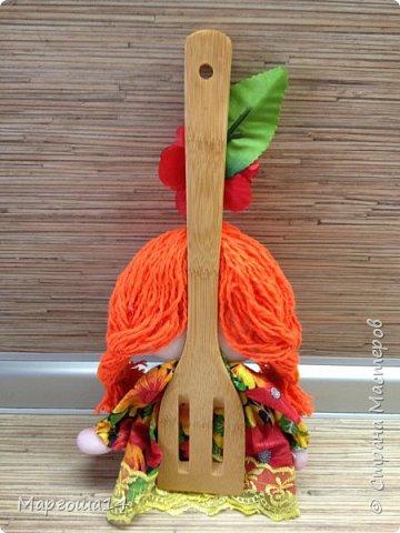 Здравствуйте,Страна Мастеров!!! Показываю домовичков - обережек на лопатках для кухни,выполненных по МК Марии Лариной. Огромное ей спасибо за чудесный МК!!! Две домовушки и домовёнок.  Для этих трёх куколок глазки делала сама по МК Канзи.  фото 3