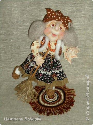 Кукла выполнена в скульптурно-текстильной технике. Коврик связан крючком. фото 3
