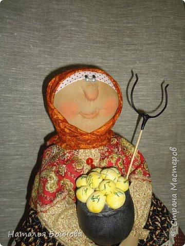 Кукла сшита из ткани и тонирована кофейным раствором. Чугун с картошкой и котейка тоже сшиты из ткани и покрашены художественным акрилом. Коврик связан крючком. кукла выполнена по мотивам работ Т.Козыревой. фото 6