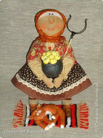 Кукла сшита из ткани и тонирована кофейным раствором. Чугун с картошкой и котейка тоже сшиты из ткани и покрашены художественным акрилом. Коврик связан крючком. кукла выполнена по мотивам работ Т.Козыревой. фото 1