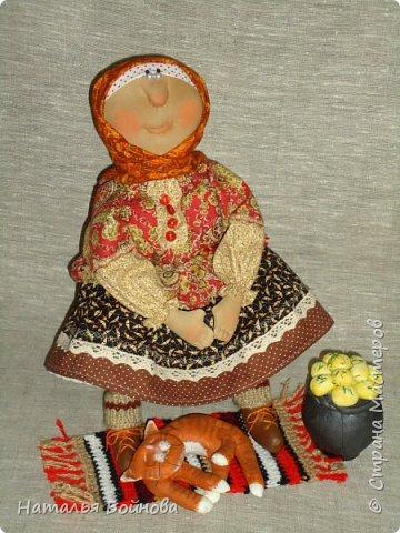 Кукла сшита из ткани и тонирована кофейным раствором. Чугун с картошкой и котейка тоже сшиты из ткани и покрашены художественным акрилом. Коврик связан крючком. кукла выполнена по мотивам работ Т.Козыревой. фото 2