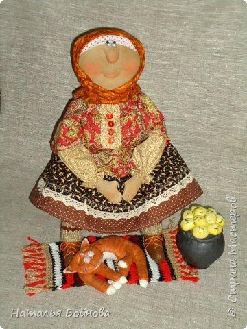 Кукла сшита из ткани и тонирована кофейным раствором. Чугун с картошкой и котейка тоже сшиты из ткани и покрашены художественным акрилом. Коврик связан крючком. кукла выполнена по мотивам работ Т.Козыревой. фото 5