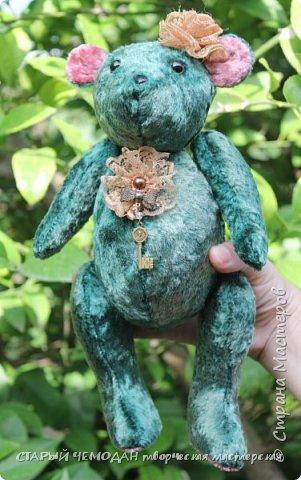 Мишка Ляля - классический мишка по немецкой выкройке. Сшита Ляля из винтажного плюша, местами потертого и выцветшего естественным образом. Набита хвойными опилками, все соединения - шплинтовые. Очень подвижна, сидит сама, не стоит. На голове ободок с цветком из кружева, на груди - брошь с подвеской. фото 2