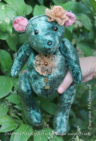 Мишка Ляля - классический мишка по немецкой выкройке. Сшита Ляля из винтажного плюша, местами потертого и выцветшего естественным образом. Набита хвойными опилками, все соединения - шплинтовые. Очень подвижна, сидит сама, не стоит. На голове ободок с цветком из кружева, на груди - брошь с подвеской. фото 3