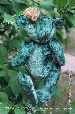 Мишка Ляля - классический мишка по немецкой выкройке. Сшита Ляля из винтажного плюша, местами потертого и выцветшего естественным образом. Набита хвойными опилками, все соединения - шплинтовые. Очень подвижна, сидит сама, не стоит. На голове ободок с цветком из кружева, на груди - брошь с подвеской. фото 4