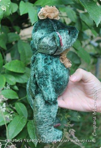 Мишка Ляля - классический мишка по немецкой выкройке. Сшита Ляля из винтажного плюша, местами потертого и выцветшего естественным образом. Набита хвойными опилками, все соединения - шплинтовые. Очень подвижна, сидит сама, не стоит. На голове ободок с цветком из кружева, на груди - брошь с подвеской. фото 5