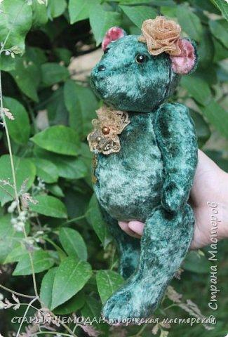 Мишка Ляля - классический мишка по немецкой выкройке. Сшита Ляля из винтажного плюша, местами потертого и выцветшего естественным образом. Набита хвойными опилками, все соединения - шплинтовые. Очень подвижна, сидит сама, не стоит. На голове ободок с цветком из кружева, на груди - брошь с подвеской. фото 6