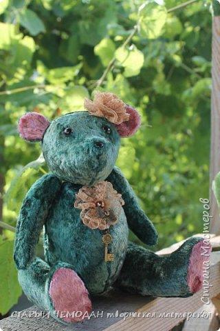 Мишка Ляля - классический мишка по немецкой выкройке. Сшита Ляля из винтажного плюша, местами потертого и выцветшего естественным образом. Набита хвойными опилками, все соединения - шплинтовые. Очень подвижна, сидит сама, не стоит. На голове ободок с цветком из кружева, на груди - брошь с подвеской. фото 7