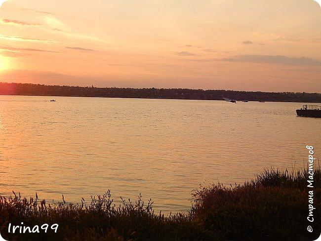 И снова ЗДРАВСТВУЙТЕ!  Ах, какое же у нас жаркое лето...Совсем  недавно все жаловались, что мол, лето заблудилось....и вот оно...У нас 37-39 жары в тени....спасает река.....В 6 утра я уже  хожу на реку...вода -как парное молоко...тёплая и нежная.Хоть так  можно на весь день зарядиться энергией. Приглашаю вас на прогулку по берегу Южного Буга.... Начну со своих любимых закатов.... фото 30