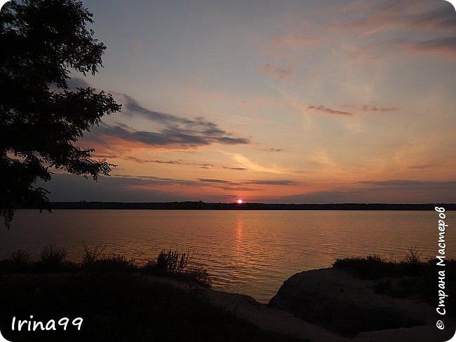 И снова ЗДРАВСТВУЙТЕ!  Ах, какое же у нас жаркое лето...Совсем  недавно все жаловались, что мол, лето заблудилось....и вот оно...У нас 37-39 жары в тени....спасает река.....В 6 утра я уже  хожу на реку...вода -как парное молоко...тёплая и нежная.Хоть так  можно на весь день зарядиться энергией. Приглашаю вас на прогулку по берегу Южного Буга.... Начну со своих любимых закатов.... фото 47
