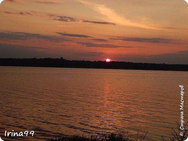 И снова ЗДРАВСТВУЙТЕ!  Ах, какое же у нас жаркое лето...Совсем  недавно все жаловались, что мол, лето заблудилось....и вот оно...У нас 37-39 жары в тени....спасает река.....В 6 утра я уже  хожу на реку...вода -как парное молоко...тёплая и нежная.Хоть так  можно на весь день зарядиться энергией. Приглашаю вас на прогулку по берегу Южного Буга.... Начну со своих любимых закатов.... фото 29