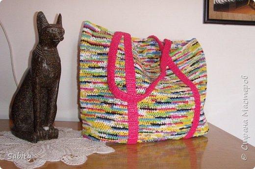 """Я провела эту зиму в Египте. Связала вот такую сумочку для пляжа из мусорных пакетов. Дно укрепляла полосками от пластиковых бутылок (5-ти литровых из под воды) - обвязывала """"пряжей"""" из пакетов.  фото 1"""