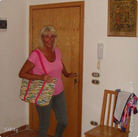 """Я провела эту зиму в Египте. Связала вот такую сумочку для пляжа из мусорных пакетов. Дно укрепляла полосками от пластиковых бутылок (5-ти литровых из под воды) - обвязывала """"пряжей"""" из пакетов.  фото 2"""