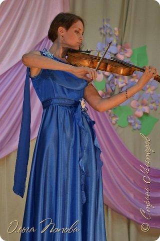 Вот и закончила моя старшенькая дочка Ксюша школу. В пятницу выпускной был.  Теперь смело можно показать платье, которое я ей сшила ещё полгода назад. Брошки-канзаши как раз к нему делались. фото 3