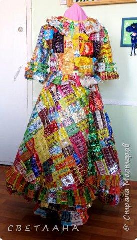 """Новое  платье  из фантиков !   Сшито  специально   для  музея мусора """"МУ-МУ"""" , который  находится в Калужской  области.  Первое  платье   уже  является  экспонатом  музея,  это  скоро  поедет в  качестве  подарка. фото 1"""