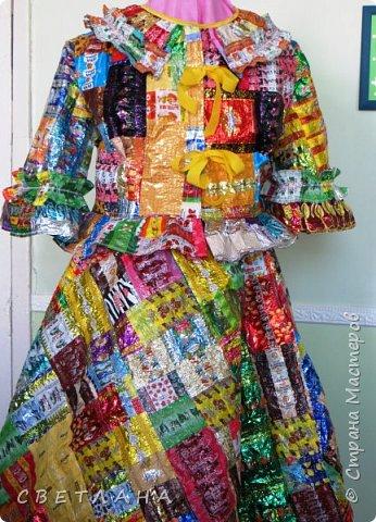 """Новое  платье  из фантиков !   Сшито  специально   для  музея мусора """"МУ-МУ"""" , который  находится в Калужской  области.  Первое  платье   уже  является  экспонатом  музея,  это  скоро  поедет в  качестве  подарка. фото 2"""
