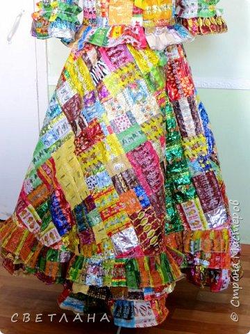 """Новое  платье  из фантиков !   Сшито  специально   для  музея мусора """"МУ-МУ"""" , который  находится в Калужской  области.  Первое  платье   уже  является  экспонатом  музея,  это  скоро  поедет в  качестве  подарка. фото 3"""