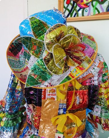 """Новое  платье  из фантиков !   Сшито  специально   для  музея мусора """"МУ-МУ"""" , который  находится в Калужской  области.  Первое  платье   уже  является  экспонатом  музея,  это  скоро  поедет в  качестве  подарка. фото 5"""