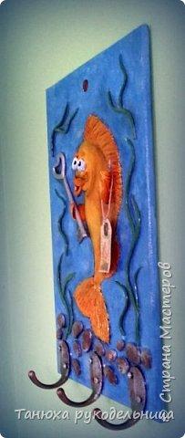 """Здравствуйте жители и гости Страны. Это моя новая работа ключница """"Золотая рыбка"""". Ключницу делала на заказ по знаку зодиака """"Рыбы"""". Порылась в нашем любимом интернете, всяких рыб насмотрелась и пришла вот такая идея. Раз это ключница, то я подумала, что у золотой рыбки должен быть ключик. фото 2"""