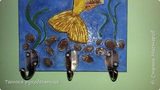 """Здравствуйте жители и гости Страны. Это моя новая работа ключница """"Золотая рыбка"""". Ключницу делала на заказ по знаку зодиака """"Рыбы"""". Порылась в нашем любимом интернете, всяких рыб насмотрелась и пришла вот такая идея. Раз это ключница, то я подумала, что у золотой рыбки должен быть ключик. фото 3"""