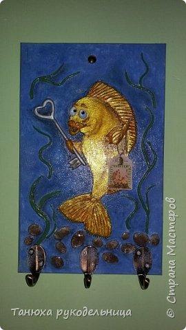 """Здравствуйте жители и гости Страны. Это моя новая работа ключница """"Золотая рыбка"""". Ключницу делала на заказ по знаку зодиака """"Рыбы"""". Порылась в нашем любимом интернете, всяких рыб насмотрелась и пришла вот такая идея. Раз это ключница, то я подумала, что у золотой рыбки должен быть ключик. фото 4"""