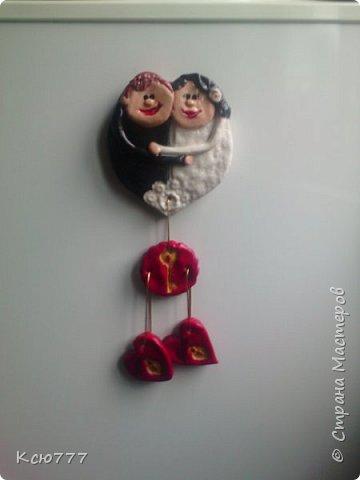 В подарок молодоженам слепила такой вот магнит на холодильник. Идею увидела в инете,  автор -  Beata Malinska. Я добавила свои нюансы- решила, что это будет магнит).  Внешность (цвет волос) делала, как в реале у жениха и невесты. Сделала печать с ключом от сердец, и сердца - замочки, на которых написаны имена брачуюшихся. С обратной стороны на горячий клей посадила 4 круглых магнита, ( для уверенности, что он не упадет во время пользования холодильником)). Невеста была очарована, ей очень понравился магнит. фото 1
