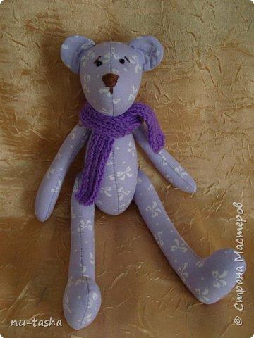 Продолжаю шить игрушки для декора детской комнаты или детского уголка. Как-то все не остановиться... Вот такой комплект из сиреневого с белыми бантами хлопка. Все мишки в фиолетовых вязаных шарфиках. фото 2