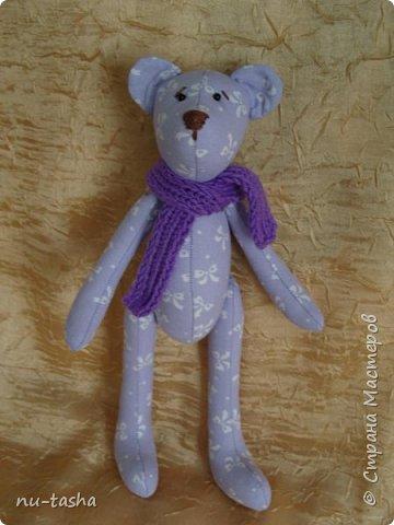 Продолжаю шить игрушки для декора детской комнаты или детского уголка. Как-то все не остановиться... Вот такой комплект из сиреневого с белыми бантами хлопка. Все мишки в фиолетовых вязаных шарфиках. фото 3