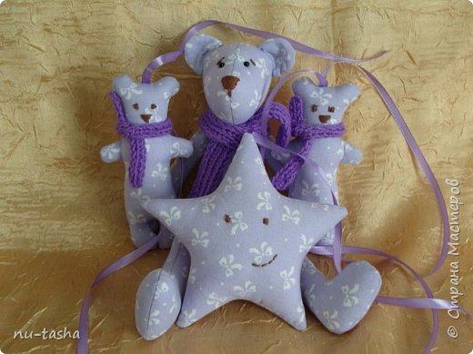 Продолжаю шить игрушки для декора детской комнаты или детского уголка. Как-то все не остановиться... Вот такой комплект из сиреневого с белыми бантами хлопка. Все мишки в фиолетовых вязаных шарфиках. фото 1