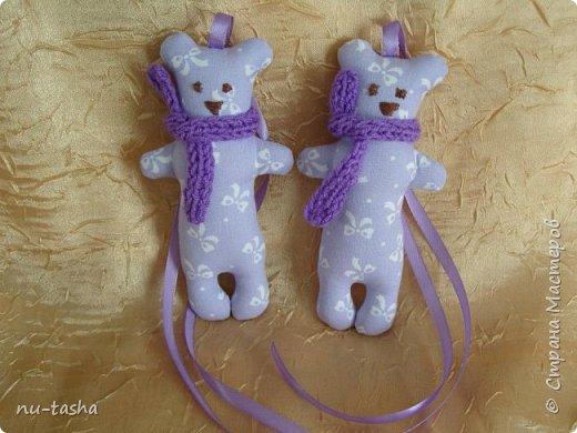 Продолжаю шить игрушки для декора детской комнаты или детского уголка. Как-то все не остановиться... Вот такой комплект из сиреневого с белыми бантами хлопка. Все мишки в фиолетовых вязаных шарфиках. фото 4
