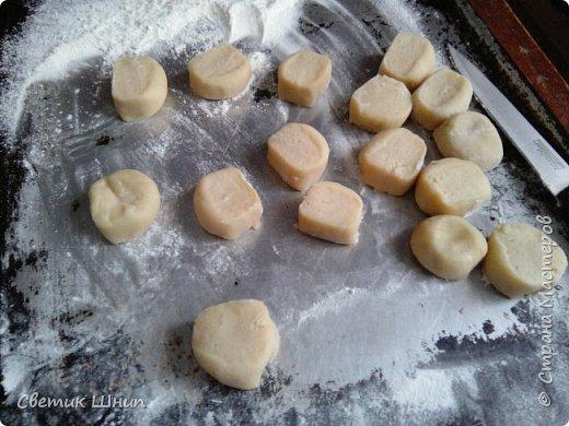 Творожные вареники с вишней на пару....                                                                                                                                                                                                                                                                                              Тесто: 500г творога,4 яйца(мелкие ) или 3 крупных ,щепотка соли,стакан сахара,все хорошо размешать,просеять 1 литровая банка  муки примерно (600 гр),с чайной ложкой соды.Замесить мягкое тесто.Начинка -вишня замороженная В каждый вареник к вишне добавляю сахара и крахмала на кончике ч.л(чтоб сок от вишни не вытекал ). .Готовить на пару 6 минут.после закипания воды ...или на таймере выставить 15- 20 мин. фото 4