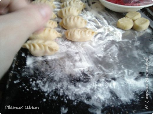 Творожные вареники с вишней на пару....                                                                                                                                                                                                                                                                                              Тесто: 500г творога,4 яйца(мелкие ) или 3 крупных ,щепотка соли,стакан сахара,все хорошо размешать,просеять 1 литровая банка  муки примерно (600 гр),с чайной ложкой соды.Замесить мягкое тесто.Начинка -вишня замороженная В каждый вареник к вишне добавляю сахара и крахмала на кончике ч.л(чтоб сок от вишни не вытекал ). .Готовить на пару 6 минут.после закипания воды ...или на таймере выставить 15- 20 мин. фото 11