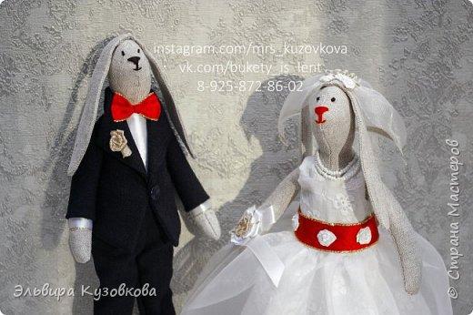 Милые зайцы Тильда 'Жених и невеста'. Оригинальный подарок молодожёнам и напоминание о важном дне в их жизни. Сами куклы выполнены из льна, костюм жениха из шерсти, платье невесты из хлопка и капрона. Аксессуары- бантики, розочки фата, бусы и даже подвязка. Полностью ручная работа. Рост жениха 29 см, невесты - 26,5 см. #мягкиеигрушки #игрушкиручнойработы #зайки #тильда #тильдазайцы #тильдаженихиневеста #тильданазаказ #интерьернаякукла #handmadepresent #handmade #dekor #ярмаркамастеров фото 2