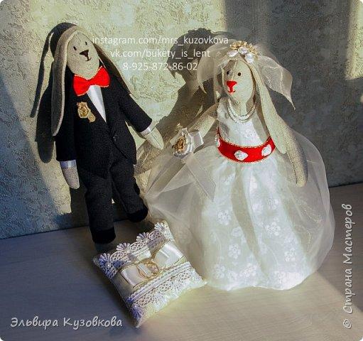 Милые зайцы Тильда 'Жених и невеста'. Оригинальный подарок молодожёнам и напоминание о важном дне в их жизни. Сами куклы выполнены из льна, костюм жениха из шерсти, платье невесты из хлопка и капрона. Аксессуары- бантики, розочки фата, бусы и даже подвязка. Полностью ручная работа. Рост жениха 29 см, невесты - 26,5 см. #мягкиеигрушки #игрушкиручнойработы #зайки #тильда #тильдазайцы #тильдаженихиневеста #тильданазаказ #интерьернаякукла #handmadepresent #handmade #dekor #ярмаркамастеров фото 1