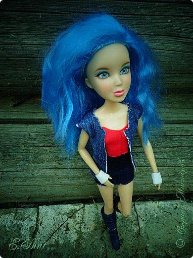 Доброго времени суток! Моя Бри снова примерила новый образ, который подошел ей как нельзя кстати. Немного об аутфите: джинсовые юбка и жилет, красный топ и напульсники - все сшито мной. Обувь - сапоги от поддельной куколки.  фото 1