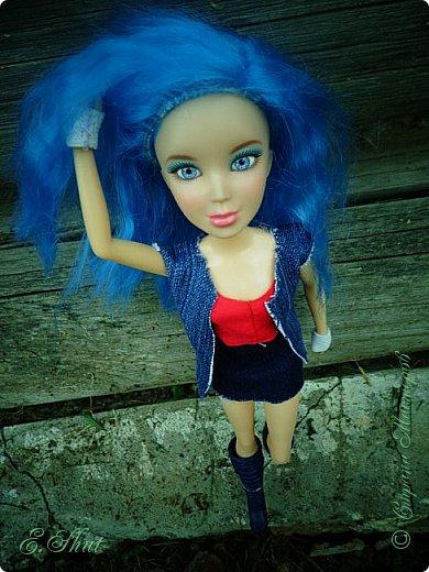 Доброго времени суток! Моя Бри снова примерила новый образ, который подошел ей как нельзя кстати. Немного об аутфите: джинсовые юбка и жилет, красный топ и напульсники - все сшито мной. Обувь - сапоги от поддельной куколки.  фото 2