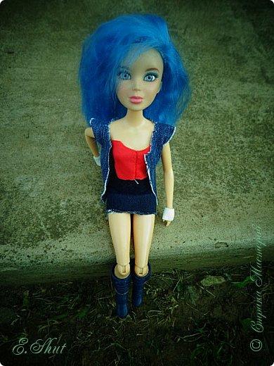 Доброго времени суток! Моя Бри снова примерила новый образ, который подошел ей как нельзя кстати. Немного об аутфите: джинсовые юбка и жилет, красный топ и напульсники - все сшито мной. Обувь - сапоги от поддельной куколки.  фото 4